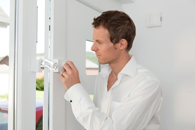 Einbruchschutz durch ein Zusatzschloss an der Tür.