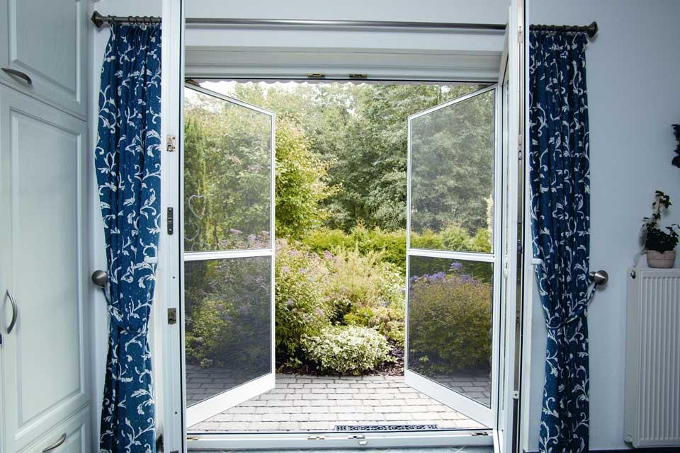 Vom Insektenschutzrollo für Velux-Fenster über Spannrahmen bis zu Schiebeanlagen für Terrassentüren ist alles realisierbar. Wespen, Mücken und andere Kleintiere bleiben draußen.