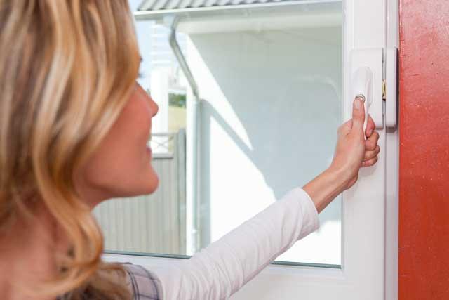 Durch eine mechanische Fenstersicherung können Einbrüche verhindert werden.